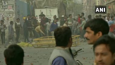 Delhi: Pro, Anti-CAA Protesters Clash at Maujpur Second Time in 24 Hours, Arvind Kejriwal Asks L-G And Amit Shah to Ensure Law And Order