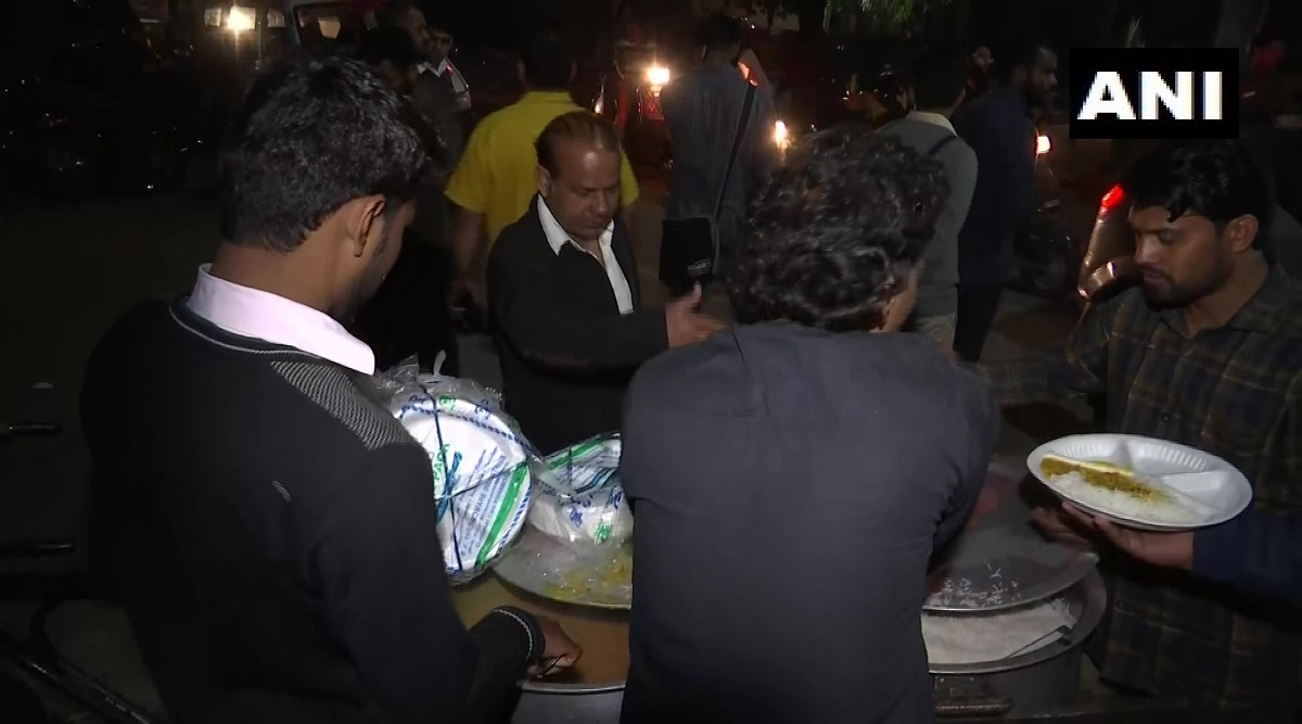 Delhi Violence: Locals Distribute Food to Kin of Injured Victims at GTB Hospital, Say 'Not Sponsored by Any Political Party'