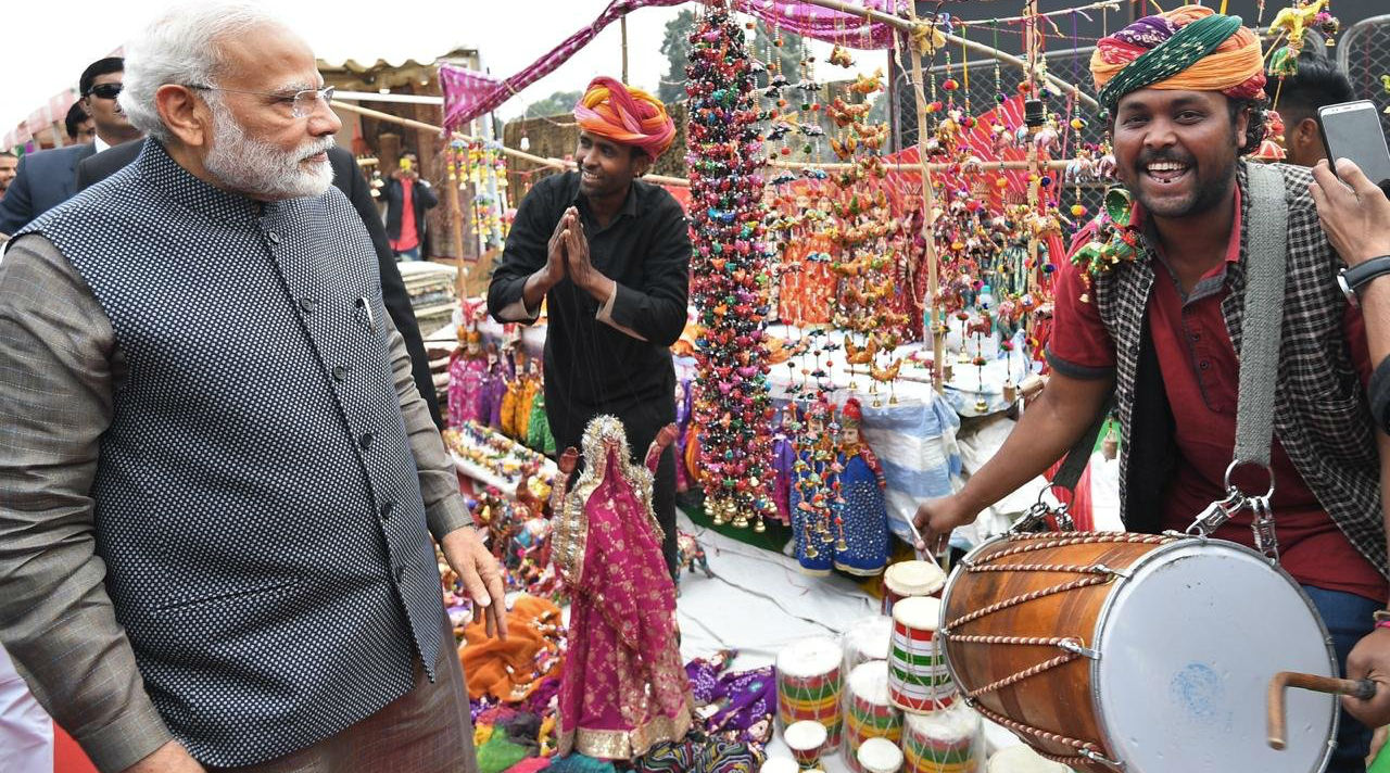 PM Narendra Modi Makes Surprise Visit to 'Hunar Haat' at Rajpath; Relishes 'Litti-Chokha'