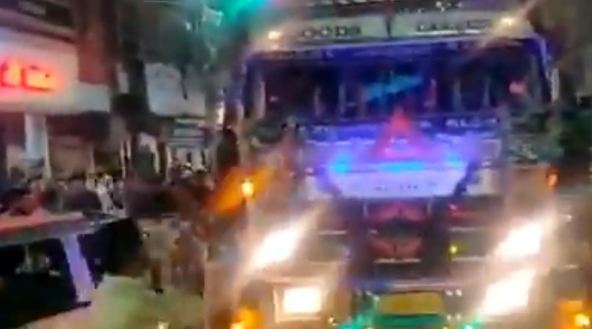 People in Bhopal Stop Truck to Listen to 'Yamla Pagla Deewana' Tune on Its Horn and Cheer 'Ek Baar Aur' (Watch Video)