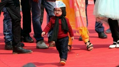Baby Mufflerman Becomes Centre of Attraction at Arvind Kejriwal's Swearing-in Ceremony, Raghav Chaddha, Somnath Bharti And Others Pose With the Viral Star as More Kids Turn up Dressed as Delhi CM; See Pics