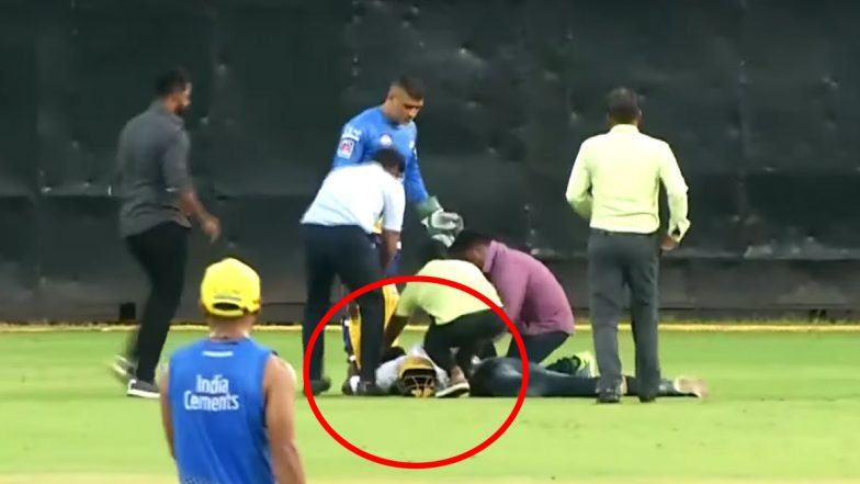 Fan Touches MS Dhoni's Feet After Breaching Security During CSK's Practice Match Ahead of IPL 2020, Watch Video