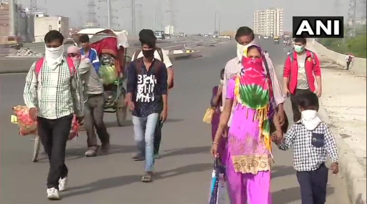 Daily Wage Earners From Delhi Begin Fleeing Amid Coronavirus Lockdown, Walk to Their Native Villages in Uttar Pradesh as Train, Bus Services Remain Shut; See Pics