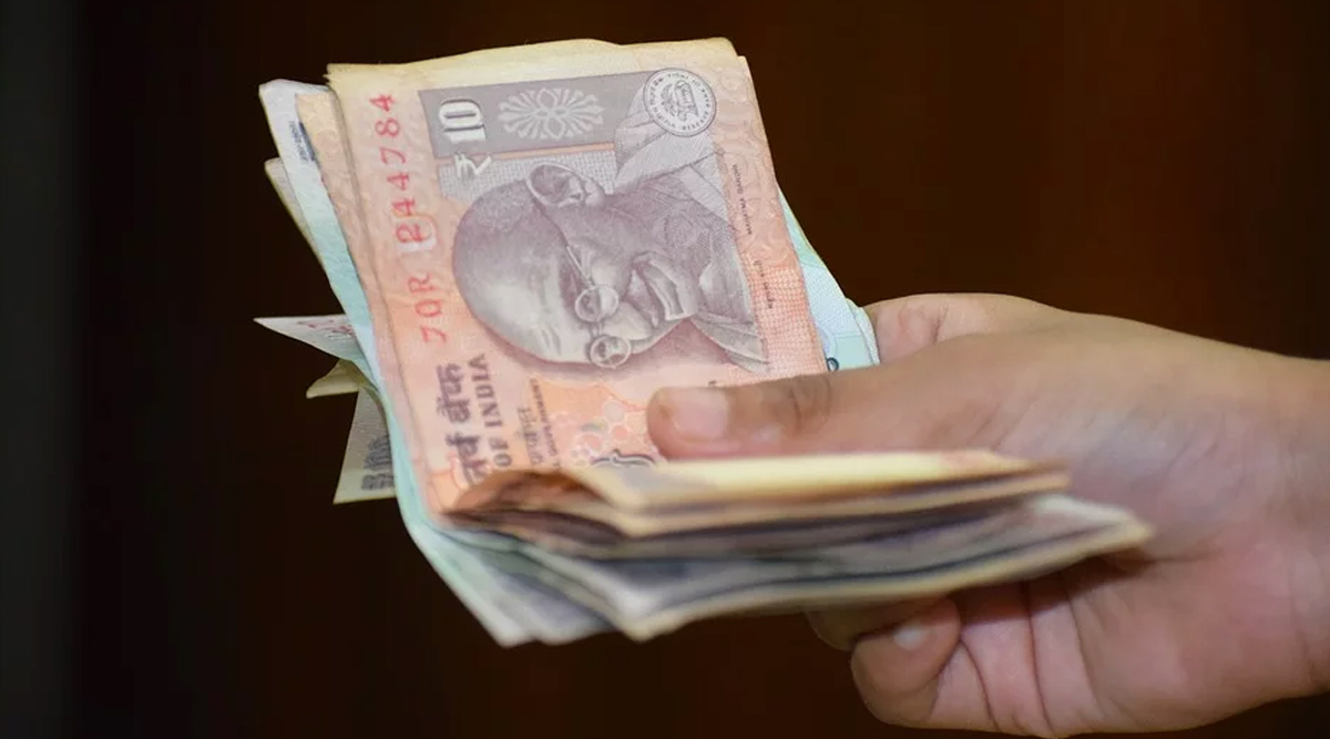 As Bank Currency Notes Can Be Infected and Transmit Coronavirus, from Nets to Iron Tongs These Are Intelligent Hacks Bankers Are Using Around the World (Watch Videos)