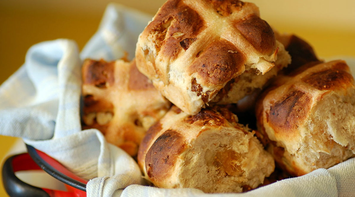 How to Make Hot Cross Buns at Home? Easy Easter 2020 Recipe to Relish the Sweet Delight This Sunday (Watch Video)