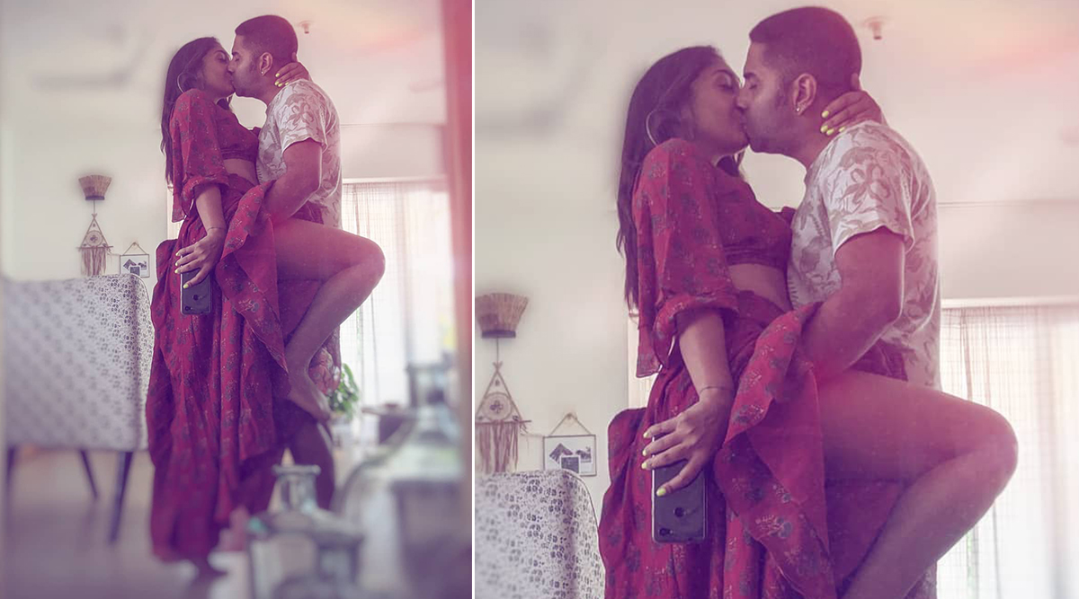 Steamy and Sexy! Shveta Salve Muses and Introspects As She Posts A Mirror Image of Love With Hubby Hermit Sethi (View Pic)