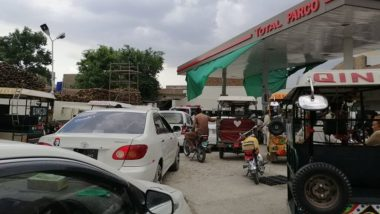 Pakistan Faces Petrol Shortage Amid Coronavirus Pandemic, Long Queues Seen at Fuel Stations in Karachi, Lahore; Here's Why