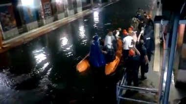 Mumbai Rains: Video Shows NDRF Personnel Rescuing 40 Commuters Stranded in Local Trains Between Masjid and Bhaykhala Stations