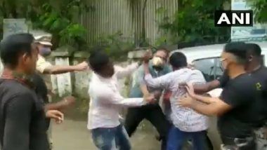 Maharashtra Police Beat ABVP Members After They Stop Minister Abdul Sattar's Car in Dhule Demanding College Fee Waiver, Watch Video