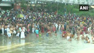 Mahalaya Amavas 2020: People in Kolkata Violate Social Distancing Amid COVID-19 Pandemic as Several Gather to Take Holy Dip in Hoogly River; View Pics