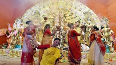 Dhunuchi Naach Significance in Durga Puja 2020: Here's What You Should Know About the Traditional Dance of Durgotsav, Watch Video Tutorials to Ace Dhunachi Nritya With the Rhythmic Beats of Dhak