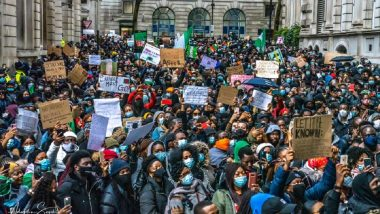 COVID-19 Lockdown Protests in UK: Large Crowd Gather Outside Buckingham Palace Before Moving On to Trafalgar Square in London; 18 Arrested