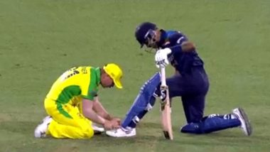 David Warner Ties Hardik Pandya's Shoelaces, Wins Hearts With his Sportsman Spirit Show (Watch Video)