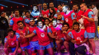 Abhishek Bachchan Revisits Jaipur Pink Panthers' First Championship Win in PKL, Shares a Picture of Team With Trophy