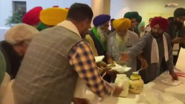 Gurnam Singh Chadhuni, Other Farmer Leaders Refuse Lunch Offered by Govt, Eat Their Own Food (Watch Video)