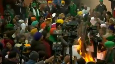 Lohri 2021: Farmers Protesting at Singhu Border in Delhi Burn Copies of Centre's New Farm Laws (Watch Video)