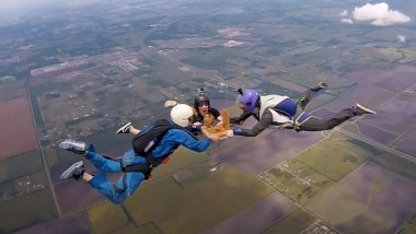 Slice at the Sky! Texas Skydivers Eat Pizza As They Freefall Towards the Ground From 14,000 Feet, Incredible Video Will Make You Go Whoa!