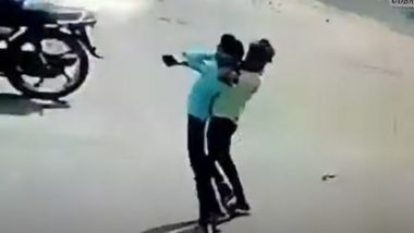Robbers Choke Man on Street in Broad Daylight in Delhi's Ashok Vihar Area, Snatch His Mobile Phone and Run Away (Watch Video)