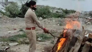 Uttar Pradesh: Female Constable Shalini Verma Cremates Unidentified Woman's Body Found in Canal