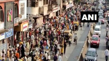 Hyderabad: People Violate Social Distancing Norms in Charminar Area Ahead Of Eid 2021 Celebrations, Watch Video