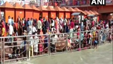 Chitra Purnima 2021: People Take Holy Dip in Ganga in the Ongoing Haridwar's Kumbh Mela