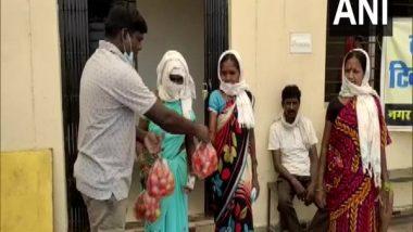 COVID-19 Vaccination in Chhattisgarh: Bijapur Village Authorities Gives Tomatoes to People For Each Coronavirus Vaccine Shot