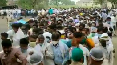 UP Panchayat Elections Results 2021: Social Distancing Goes for a Toss As Counting Agents in Large Numbers Queue Up Outside Firozabad Polling Centre (Watch Video)