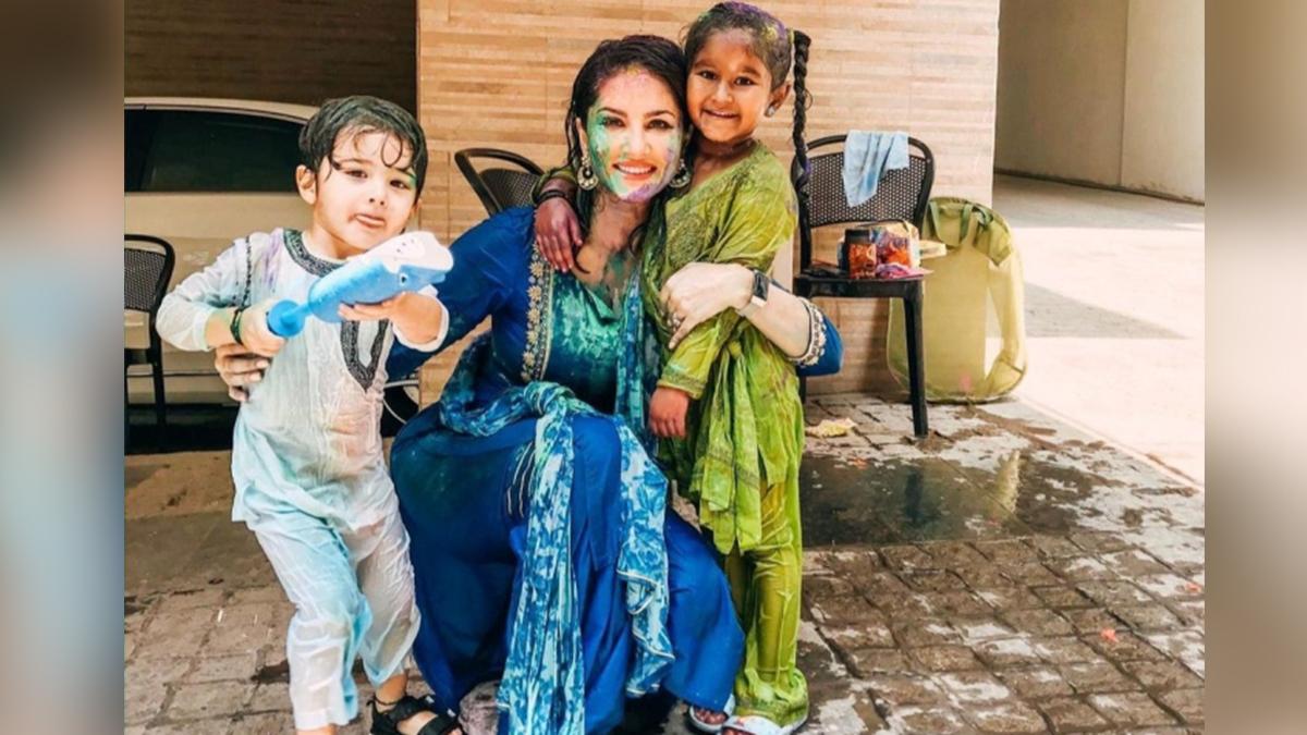 Sunny Leone With Kids 2 1