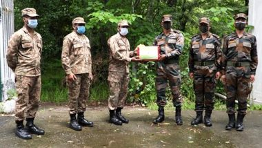 Eid-ul-Fitr 2021 Celebrations: Indian Army Exchanges Sweets With Pakistan Army at LOC at Poonch-Rawlakot and Mendhar-Hotspring Check Posts (See Pics)