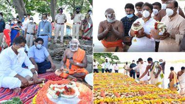 R Ashoka, Karnataka Revenue Minister, Performs Mass Last Rites of Over 1,000 Unclaimed COVID-19 Victims 'Asthis' in Triveni Sangama