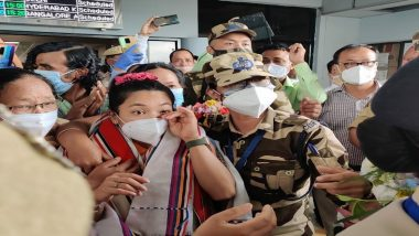 Mirabai Chanu Breaks Down After Meeting Her Mother at Airport, Silver Medalist Receives Rousing Welcome at Imphal (Watch Videos)