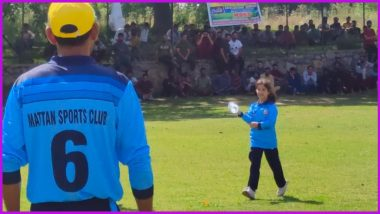 This Picture of Daughter Carrying Drinks for her Father During a Cricket Match in Kashmir is Going Viral
